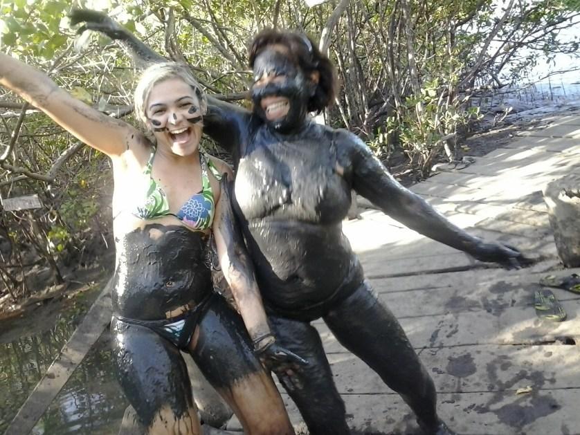imagem-de-turistas-no-banho-de-lama