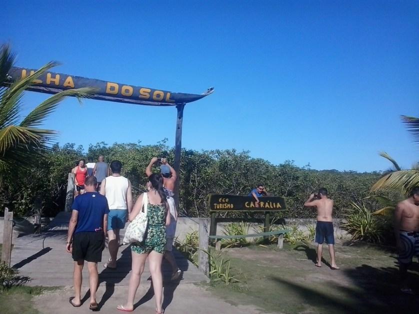 imagem-de-turistas-a-caminho-de-ilha-do-sol