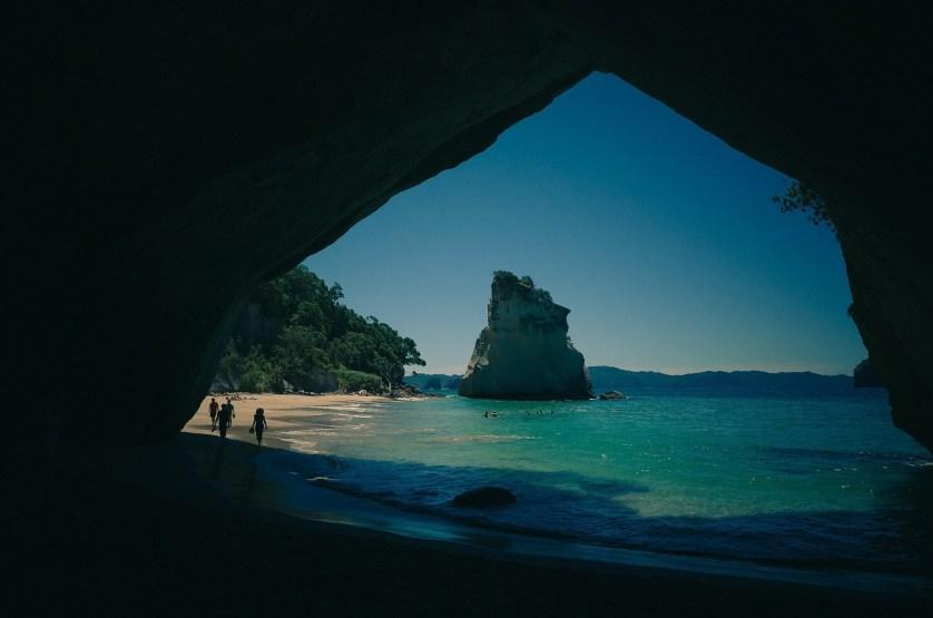 imagem-de-praia-entrando-na-caverna