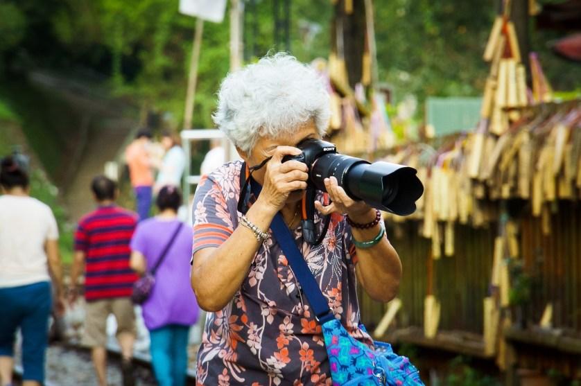 imagem-de-turista-idosa-tirando-foto
