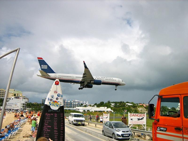 imagem-de-avião-pousando-perto-da-praia