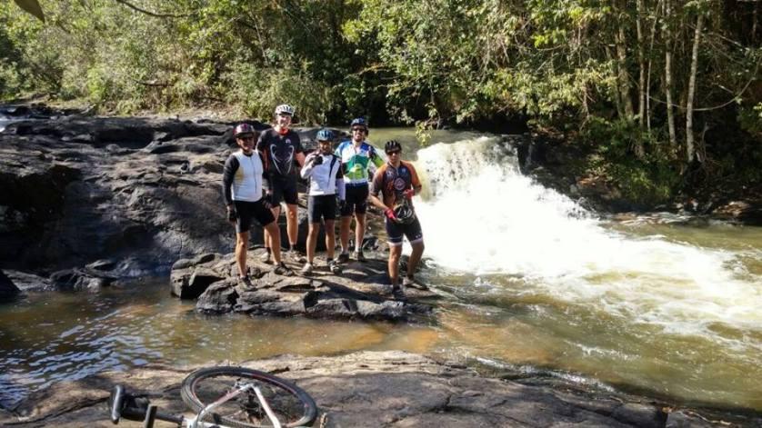 imagem-de-turistas-de-bike-na-cachoeira