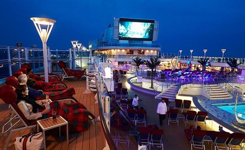 imagem-de-turistas-no-navio