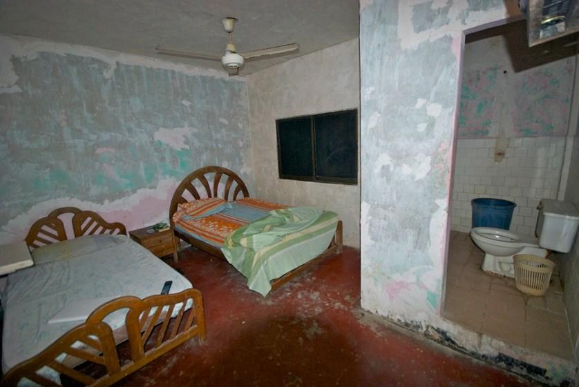 imagem-de-quarto-de-hotel-com-parede-sem-pintura