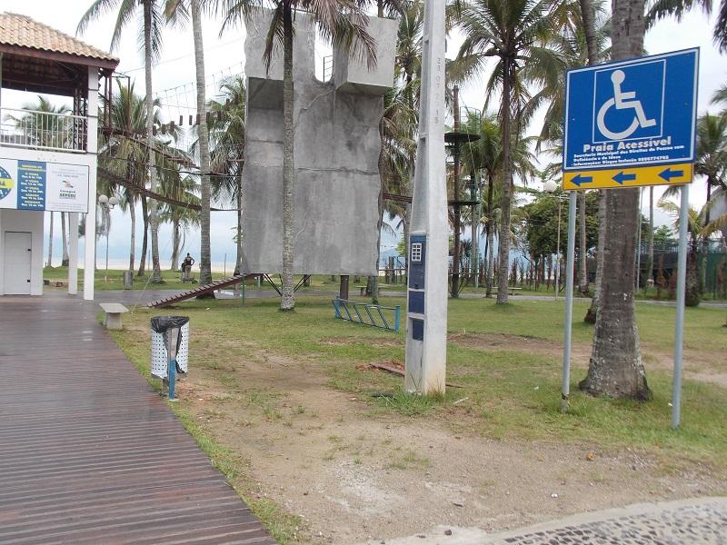 imagem-de-praia-com-acesso-a-deficiente