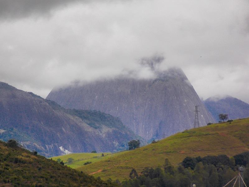 montanha-coberta-por-nuves