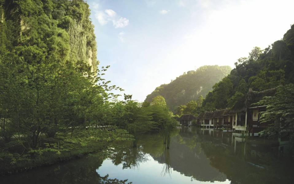 Quelques pavillons du Banjaran s'alignent le long du canal de Tambun