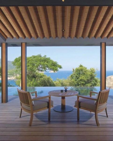 Bâtis en pleine nature, la plupart des pavillons disposent d'une piscine privées. Les plus agréables, comme ci-contre, ouvrent sur la mer de Chine, et leur salle de bains sur la forêt.