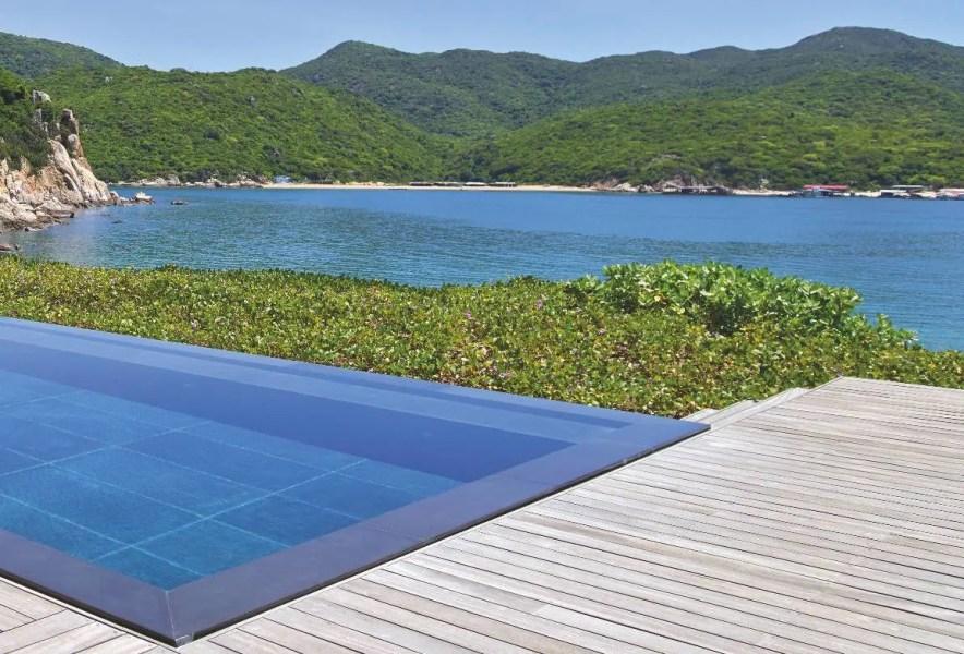 Au bord d'une plage privée, en bas du resort, le restaurant du Beach Club se prolonge par un deck solarium et une piscine de 40 m de long.