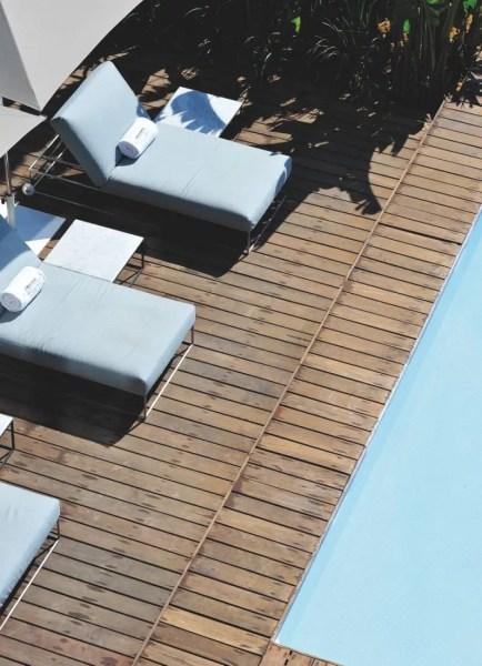 Loin d'être déroutée par le mélange des genres, la bonne société fassie a déjà investi les abords de la piscine et le roof-top tout en verre.