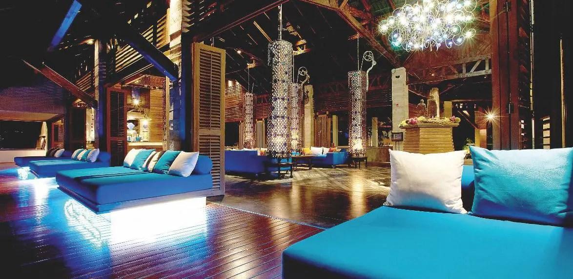 Sous son impressionnante hauteur, le lobby décline colonnes entourées de métal tressé et lustres en verre soufflé.