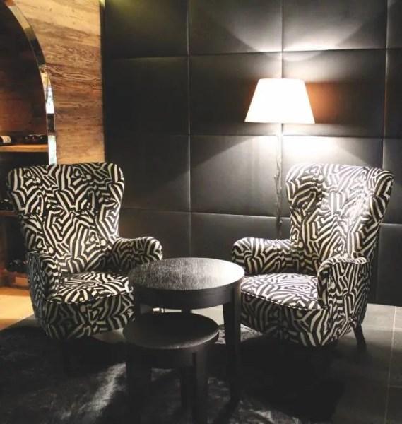 Dans la cave, deux fauteuils griffés Gucci, 350 étiquettes et 900 variétés de cigares. Votre sommelier privé vous attend pour la dégustation.