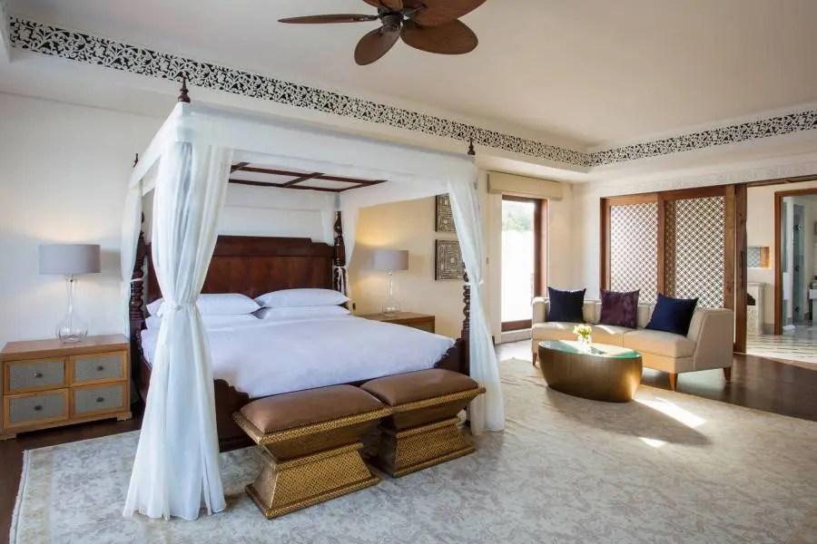 znzph_p100_royal_residence_mstr_king_bedroom_91371-900x600