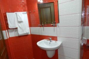 dus,-baie,-twin-room,-hotel-marinii,-bathroom-6