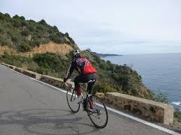 Ciclista circulant per Crtra de Tossa a Sant Feliu