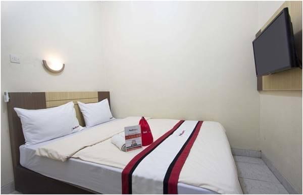 Kamar Hotel RedDoorz near Stadion Mandala Krida