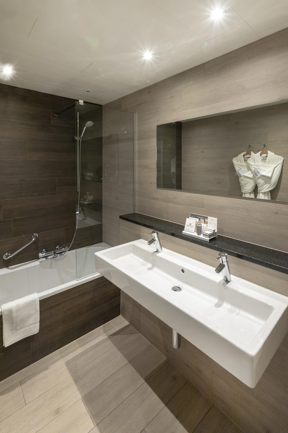 Badkamer met ligbad superior kamer hotel St Pol