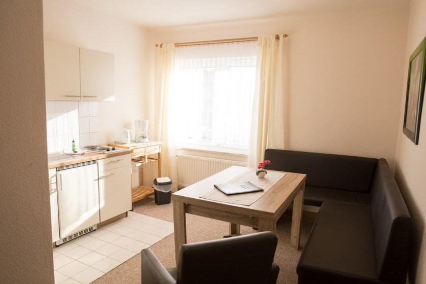 helle Ferienwohnung für Familien in Zinnowitz Sitzecke mit Küche