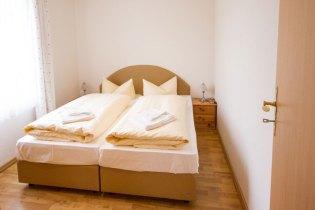 Schlafzimmer mit Doppelbett im Hotel Waldidyll in Zinnowitz auf Usedom