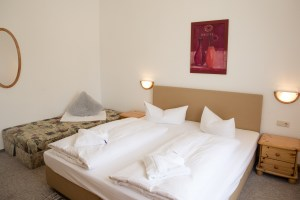 heller freundlicher Raum mit Doppelbett