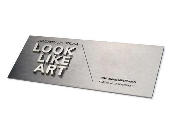 Przestrzenny szyld z nazwą firmy z metalu. Wieloelementowa tabliczka 3D z metalu.