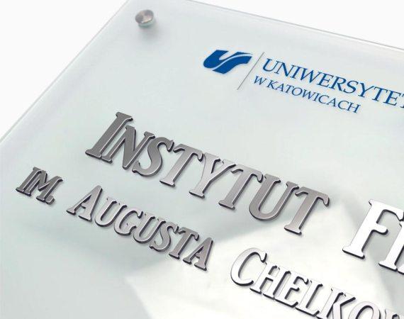 Przestrzenna tablica informacyjna, tablica z przestrzennym logo, szklana tablica z metalem 3D