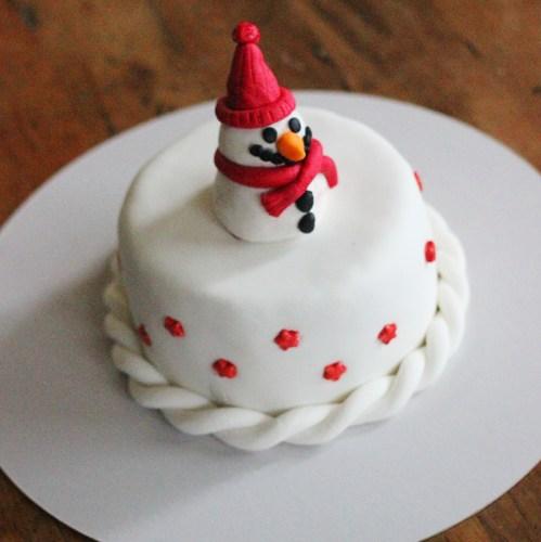 A snowman cake