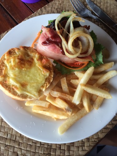 Deco Hamburger with caramalised onion, cheese, salad and bacon:  1,350 vt