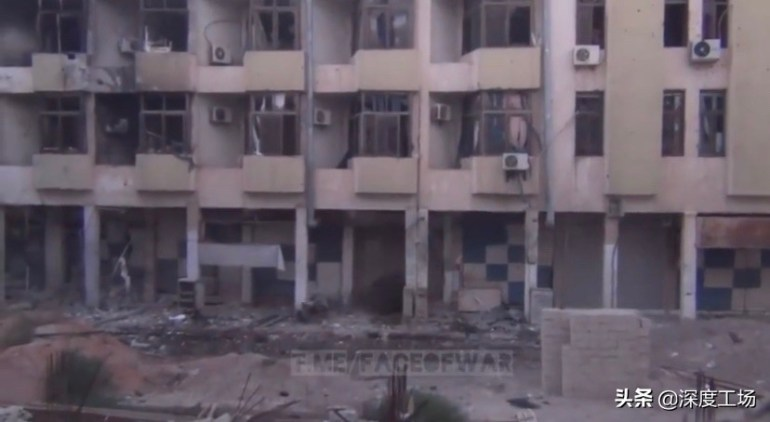 叙叛军机枪掩护敢死队,一楼楼底疯狂装炸弹:要炸垮大楼压死叙军