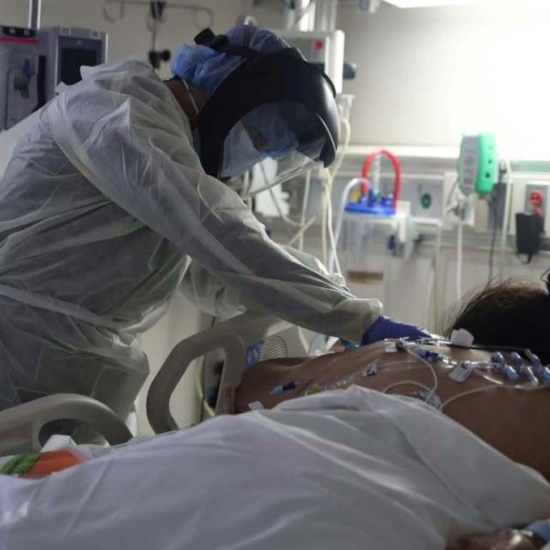 """美中小医院被新冠患者淹没,医护崩溃:""""别死了!我受不了了!"""""""