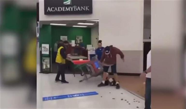 美国男子不戴口罩闯沃尔玛还吐口水,被店员一拳揍晕在地
