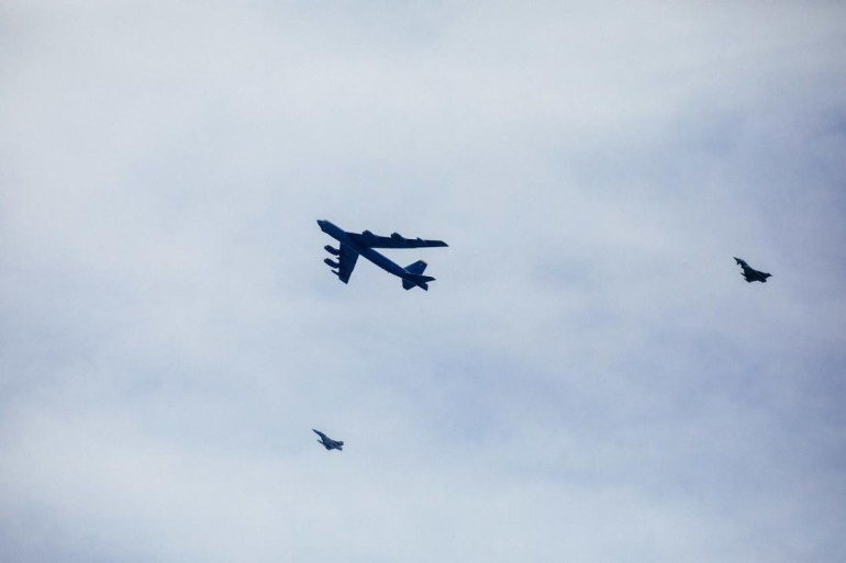 美轰炸机一天飞30个国家,20国战机接力护航!俄防长:逼我出手