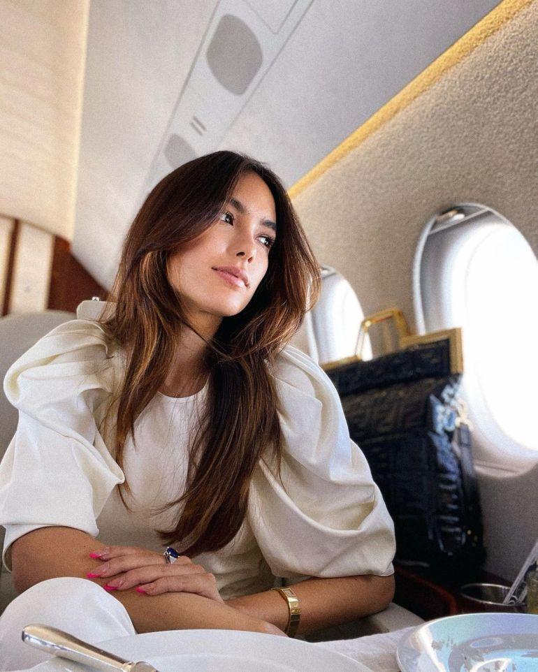 意53岁富豪到塞尔维亚被围观,带26岁女友乘私人飞机,只为打疫苗