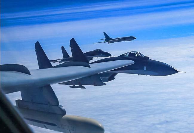 近百架次解放军战机亮剑台海上空!美双航母集结南海!意欲何为?