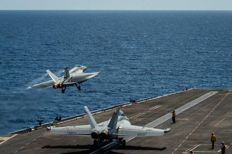 美英航母再闯南海,解放军海空围观,南海不是西方国家撒野的地方