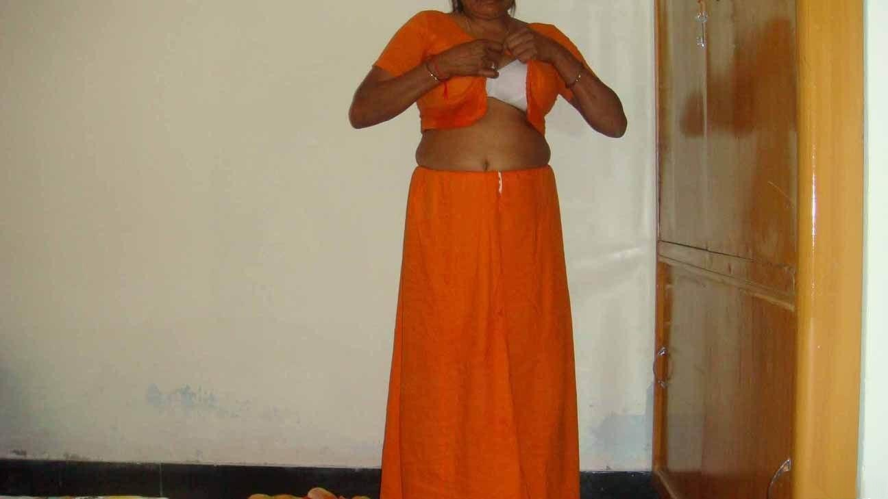 Kerala Aunty Removing Blouse Pictures 15