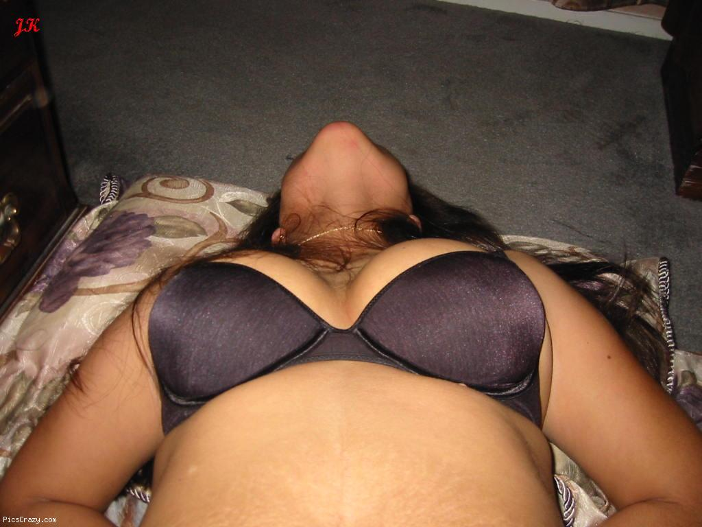 Bhabhi wearing Bra showing big boobs Cleavage - HD images