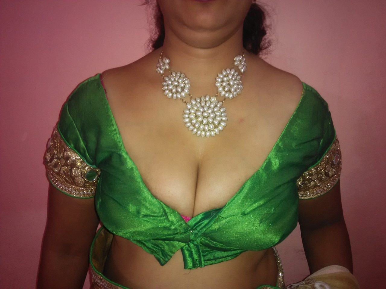 aunty blouse cleavage