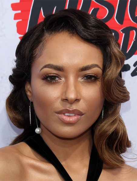 kat-graham-medium-wavy-hairstyle