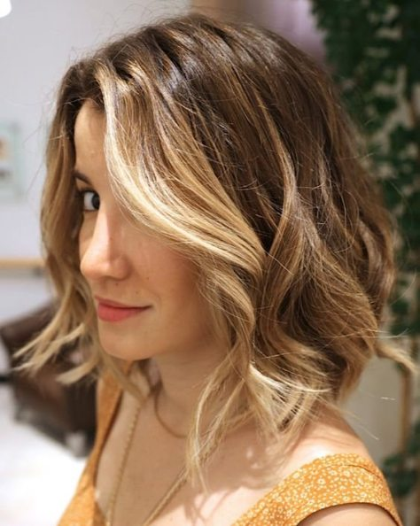 Short Wavy Hairstyle with Caramel Highlights