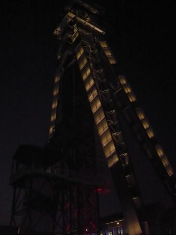 de mijnschacht op C-mine die je kan beklimmen is 's avonds mooi verlicht