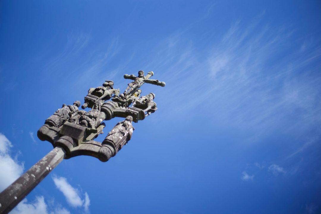 Croix bretonne richement taillée et décorée