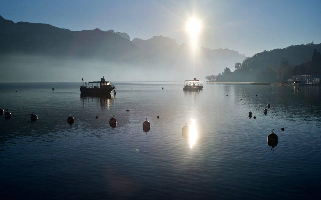 Le soleil se lève sur le lac d'annecy