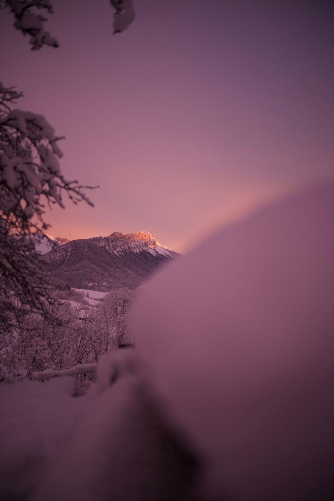 Les bauges un soir d'hiver avec une lumière improbable