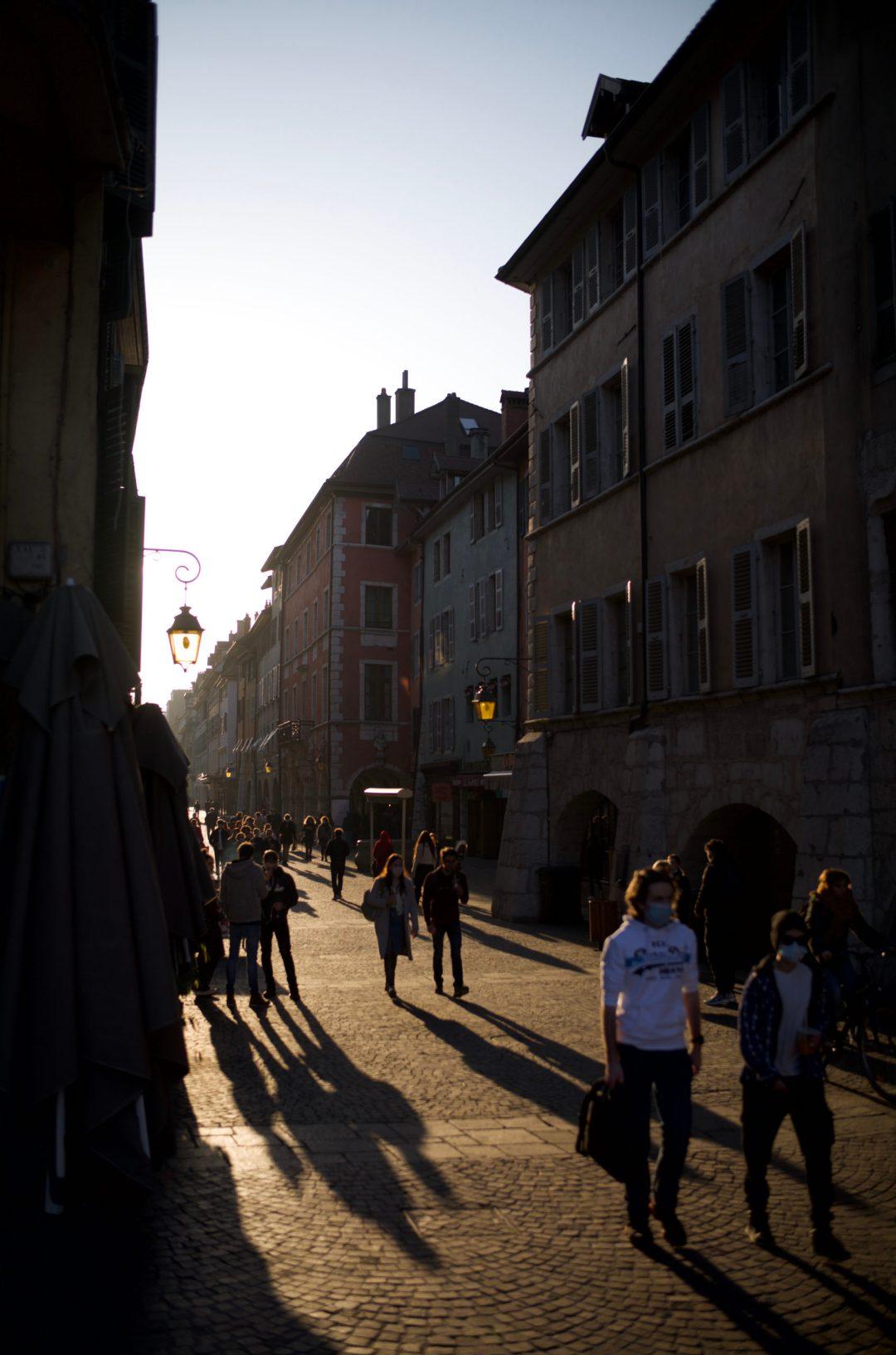 Les rues d'Annecy, les passants, au début du printemps