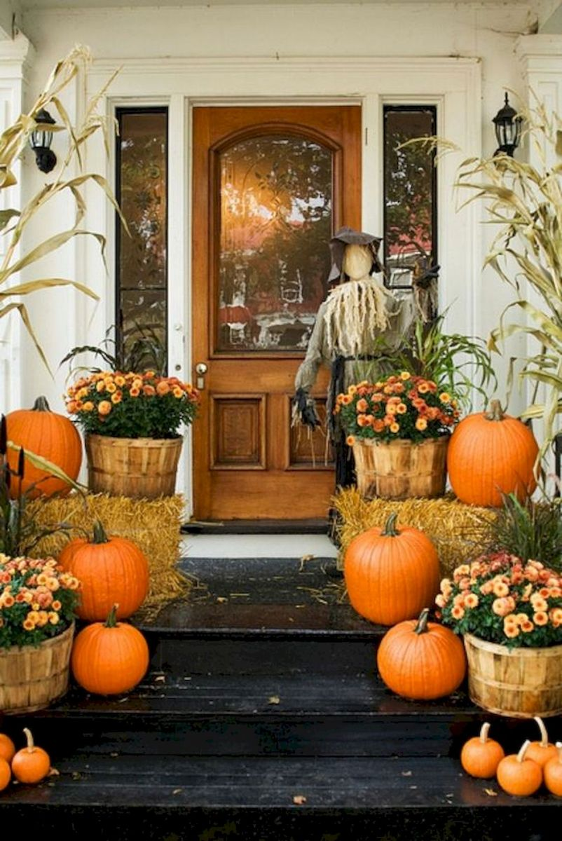 40 Beautiful Fall Front Porch Decorating Ideas That Will Make Your Home Look Amazing (27)