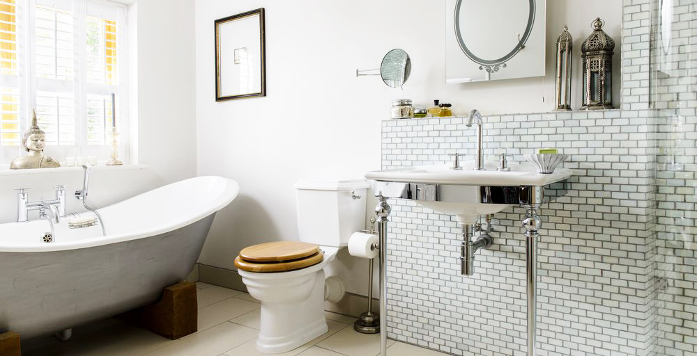 A Glamorous Slipper Bath Is The Star Of This Vintage