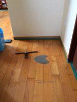 汚れた床のワックス剥離作業