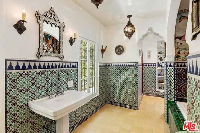 Moroccan themes vintage bathroom
