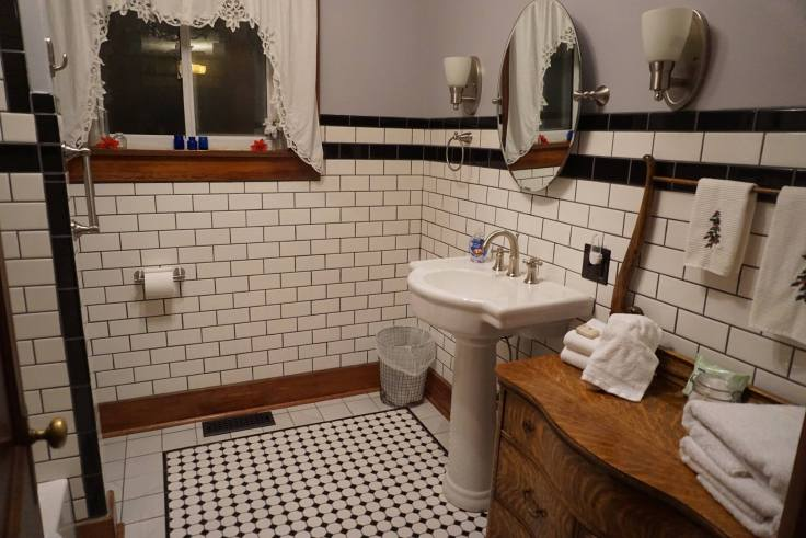 vintage bungalow bathroom
